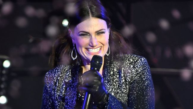 "Idina Menzel 'New Year's Rockin' Eve' Performance ""Let It Go"""